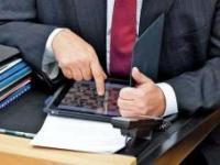 MP Peter Müller spielt lieber Schach als sich langweilige politische Debatten reinzuziehen.